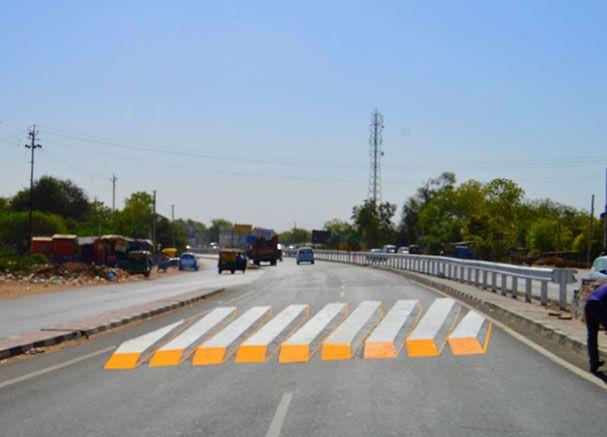 Дорожная зебра-иллюзия в виде бетонных блоков