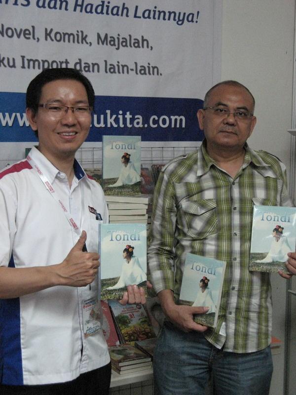 CEO bukukita.com Bapak Setiawan berfoto dengan salah seorang penulis yang bukunya di pasarkan via bukukita.com