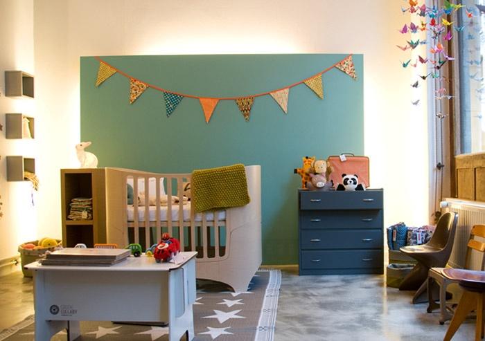 #Babykamer Leuk idee: een kleurrijk vlak achter ledikant (& ook die vlaggetjes!)   marredesepinards