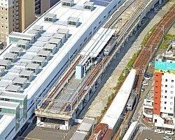 福井市の第三セクター「えちぜん鉄道」(愛称・えち鉄)は27日、まだ使われていない北陸新幹線の高架(高さ約8メートル)の一部を借り、3年間限定の営業運転を始める。阪急電車も東海道新幹線の開業直前の1963年に一時利用したが、地域鉄道の車両が新幹線の線路を走るのは初めて。23日は沿線住民向けの試乗会があり、約180人が珍しい体験をした。