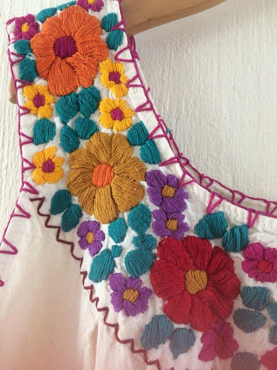 Hermosa blusa bordada a mano por artesanas indígenas mexicanas