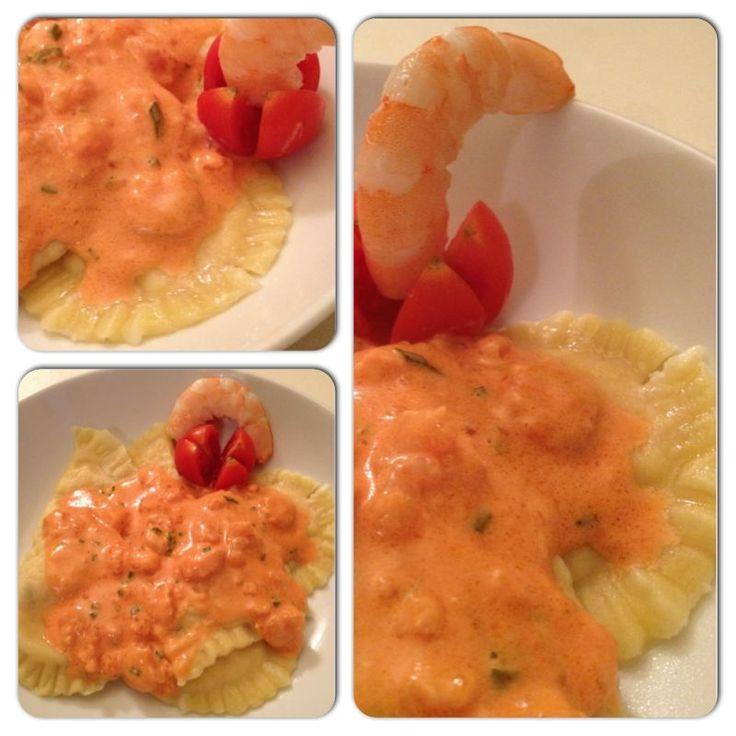 Per il ripieno ho usato salmone affumicato, gamberetti e ricotta ed il risultato sono stati dei ravioli ripieni di pesce dal gusto molto delicato