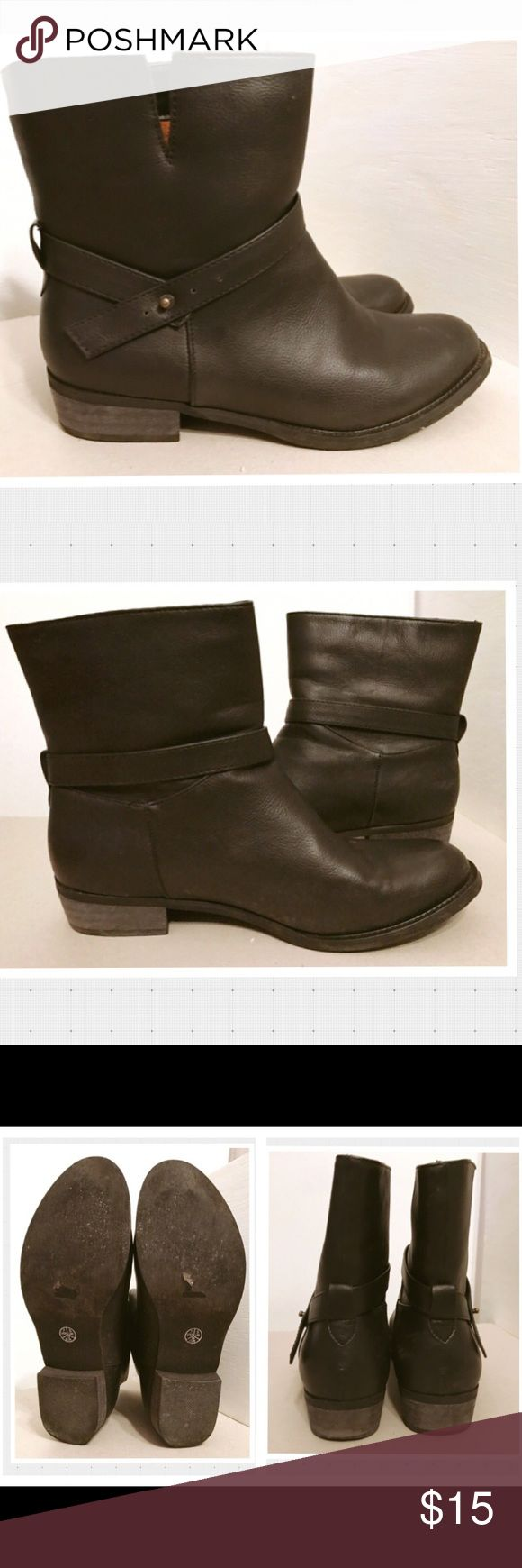 SALE! Yuzè London Black Moto Ankle Boots Size 7 Yuzè London Black Moto Ankle Boots Size 7. Pleather. Gently used. Shows no sign of wear. Please refer to pics for details. No REASONABLE offer declined! Thanks for looking! Yuzè London Shoes Combat & Moto Boots