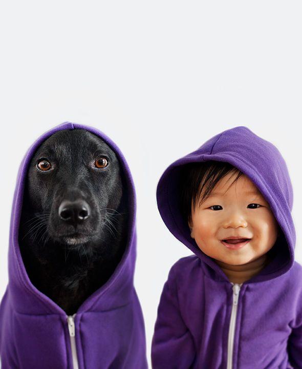 Mãe fotografa cachorra e bebê como se fossem gêmeos