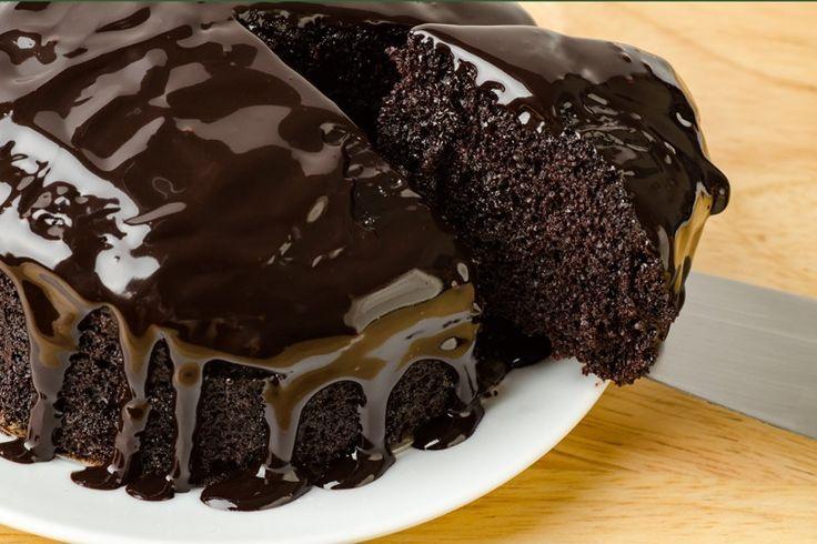 La torta nera al cioccolato fondente è un dolce molto goloso, ricco e perfetto per gli amanti del cioccolato fondente. Ecco la ricetta