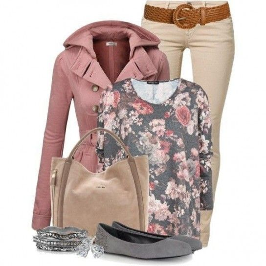 Look con caban rosa e pantaloni beige