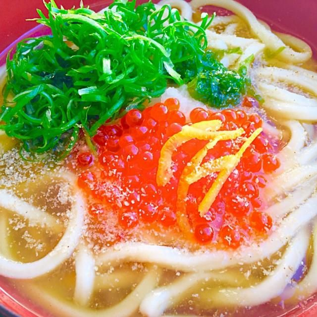 イクラの醤油漬けを乗せて、温かいおうどんランチ。 お出汁に大根おろしを入れ、少しとろみをつけたみぞれあんに柚子と擦り胡麻、おろし生姜も入れて。 温まる〜♨︎ - 78件のもぐもぐ - イクラみぞれあんうどん by kana000suzuki