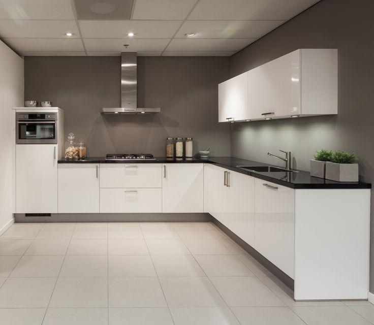 Hoekkeuken in hoogglans wit. Modern met greep. Nuva Keukens.