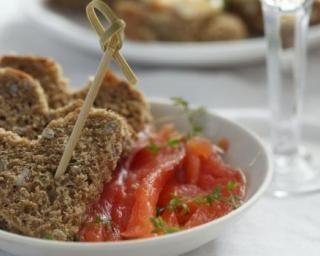 """Toasts """"coeurs"""" de saumon marinés au gingembre : http://www.fourchette-et-bikini.fr/recettes/recettes-minceur/toasts-coeurs-de-saumon-marine-au-gingembre.html"""