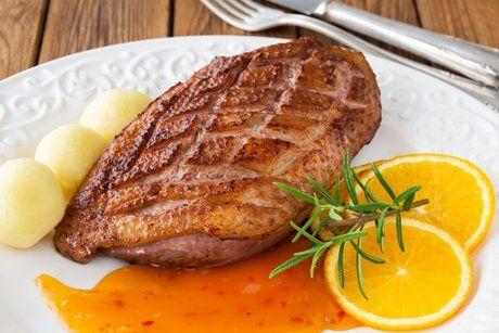 Deftig und süß schmeckt die Entenbrust Sous Vide in Orangensauce - so einfach kocht man auf Sternenniveau.