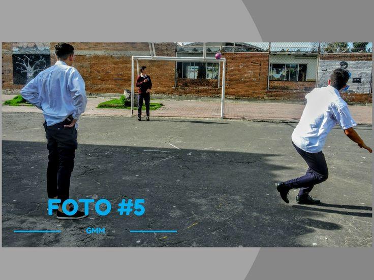 Titulo: Futbol en el descanso Fotografo: Juan David Renjifo Descripcion: Cuarta secuencia de laq primera foto futbol en el descanso. Lugar:Patio 4 Fecha: 3 abril  2017 Plano:   General Angulo:  Frontal