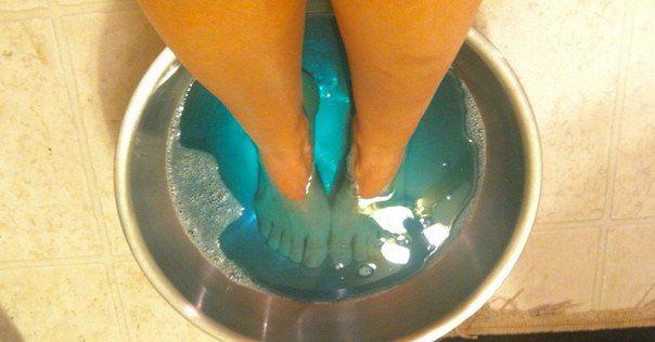 Držela nohy v ústní vody po dobu 30 minut.  Co se stalo potom, podobá se zázrak!
