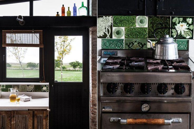 ¡Mirá la transformación de un galpón en una casa llena de diseño!  enorme campana de hierro fundido contiene la cocina industrial de cuatro hornallas y parte de la mesada en inmaculado blanco (Silestone).  /Javier Csecs