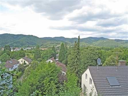 5 Zimmer-Maisonettewohnung in Freiburg: Hanglage mit Blick ins Dreisamtal. Stadtbusanbindung. Ruhige Wohnlage. Moderne, gut ausgestattete 5-Zi.-Maisonettewohnung mit Terrasse in einem 3-Familienhaus. Es besteht die Möglichkeit der Aufteilung in zwei Einheiten für eine Nutzung als Wohnen mit Büro oder als Einliegerwohnung.