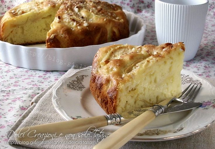 La Torta soffice allo yogurt e mele è un delizioso dolce da credenza, umido, delicatamente dolce, senza burro e con una nota croccante data dalle mandorle