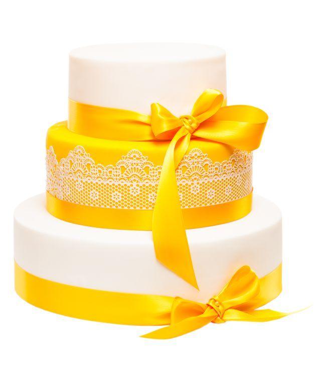 Svatební dort 45 Třípatrový svatební dort, o rozměrech 18 cm, 24 cm a 32 cm, obalen fondánem, dozdoben jedlou krajkou a saténovými stuhami.