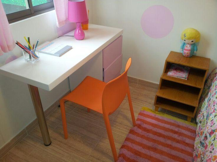 Escritorio y mesa de noche para niños