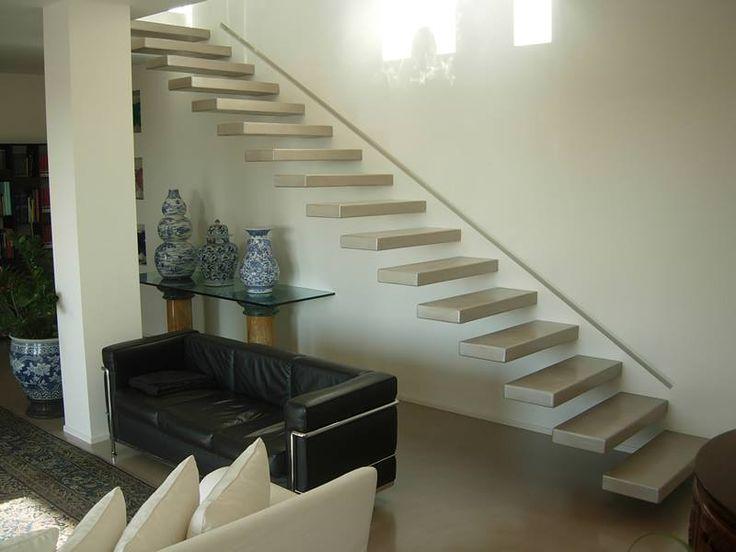 Scala a sbalzo! ogni gradino è stato totalmente rivestito in resina grigia con una punta di bianco perlato.