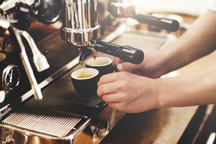 Estas son las características de un excelente barista - Cocina y Vino  ||  El mundo del buen café. Los factores que intervienen en el preparado de un café, las llaman las 4 M... http://www.cocinayvino.com/bebidas/cafe/caracteristicas-excelente-barista/?utm_campaign=crowdfire&utm_content=crowdfire&utm_medium=social&utm_source=pinterest #AlquilerdeCabañas #AlquilerDeFincasEnElEjeCafetero #AlquilerDeFincas #AlquilerDeFincasEnAntioquia #AlquilerDeFincaenCundinamarca #FincasEnArriendo…