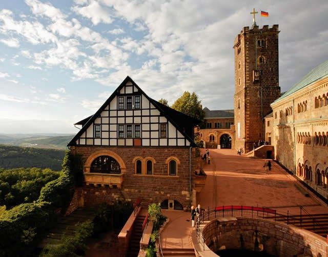 Watch: Wartburg Castle, Eisenach, Thuringia, Germany http://destinations-for-travelers.blogspot.com.br/2015/03/wartburg-eisenach-thuringia-germany.html