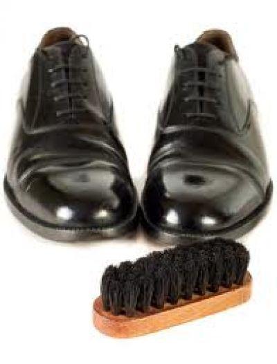 Cum sa iti lustruiesti corect pantofii? O pereche de pantofi care stralucesc sunt o carte de vizita excelenta pentru un domn. Dar in zilele noastre lustragii din epocile trecute sunt aproape imposibil de gasit. Asa ca de ce sa nu ne lustruim singuri pantofii, cu putin effort si o cheltuiala...