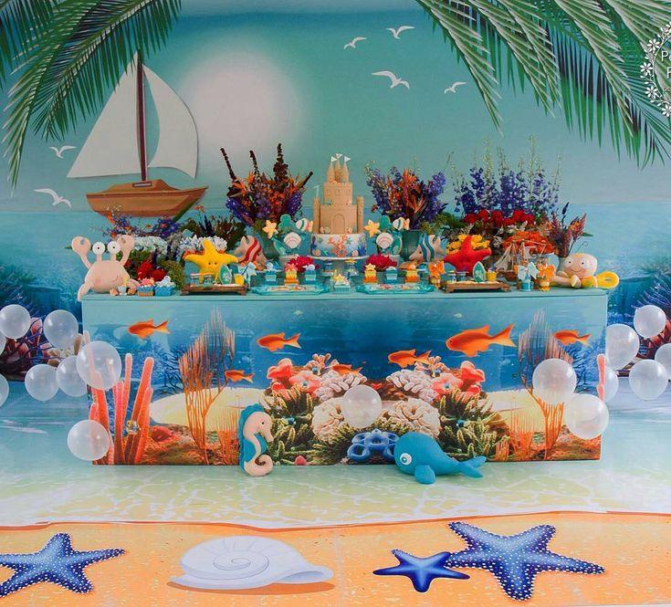 #mulpix Al Mare com um cenário lindo, detalhes incríveis graças aos parceiros queridos que tenho comigo!!! Quando imaginei esse projeto, queria uma praia, um fundo do mar e a superfície dele em uma única cena... Com muito turquesa, com cores vibrantes e detalhes que transportassem os convidados para um lindo dia de verão no mar!!! Projeto e decoração @dreams_daniscarpato Projeto floral @dreams_daniscarpato Bolo @atelierfujii Biscoitos @dolcefavola Arte do painel, mesa e piso @fofsdesign…
