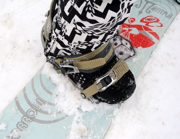 https://flic.kr/p/bg1zN2 | Snow storm chic, MANTRA skiboard, trippy black and white pants, dice, shoes, buckles, preparing to ski down the hill, Gas Works Park, Wallingford, Seattle, Washington, USA