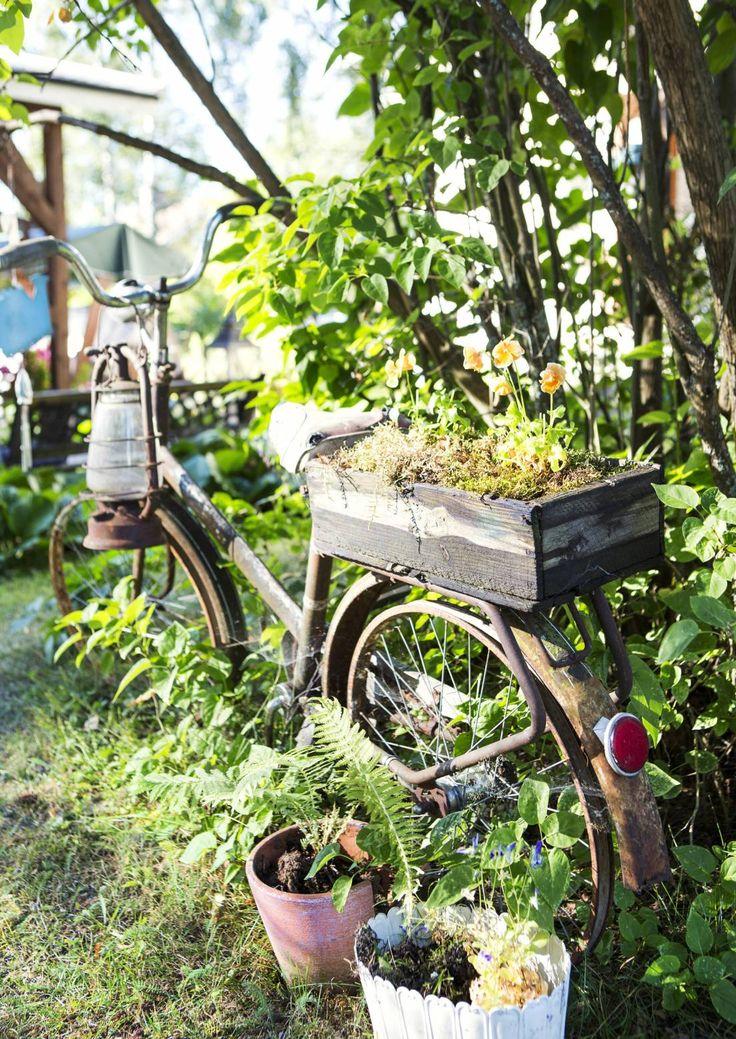Rakkaudesta ruosteromuun! 30-luvun omakotitalon kekseliäs piha on koottu kierrätystavarasta | Meillä kotona