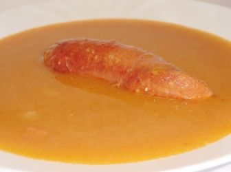 Sárgaborsó leves recept kolbásszal | ApróSéf.hu: Nagyon finom, egyszerű leves a sárgaborsó szerelmeseinek. Elkészítése lehet sima leves, de lehet krémleves is. http://aprosef.hu/sargaborso_leves_kolbasszal_recept