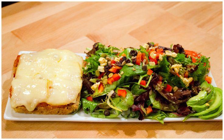 CROQUE Tienda. Pain bio et fromage grillé sur un lit de notre sauce Romesco maison au piment et poivron rouge grillés dans l'huile d'olive première qualité.