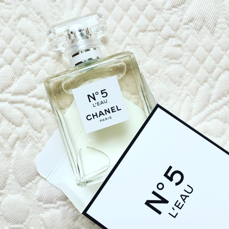 The new Chanel N°5 - info, images and video. Chanel N°5, a 1921 work of art by perfumer Ernest Beaux, is perhaps the most iconic women's perfume in the world. The classic floral - aldehyde composition was given a modern, airy and silky interpretation adapted to the new generation in the form of Chanel N°5 Eau Premiere in 2007 and was signed by Jacques Polge. Chanel N°5 Eau Premiere was re-launched in 2015 in