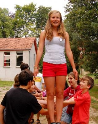 Trusting games: she has to fall and the others will catch her - Vertrouwensspelen