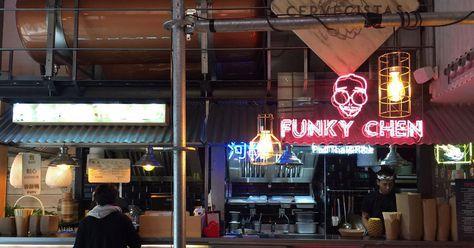 Como si acabara de aterrizar desde una calle de Bangkok, Yakarta, Tokio o Hong Kong, Yatai Market (Doctor Cortezo, 10) nos da la bienvenida con luces de neón, el suelo empedrado -no podrás resistirte a fotografiar tus pies con la alcantarilla-, los característicos farolillos rojos y con ese olor tan típico de los mercados callejeros asiáticos. El olor tan típico de ramen, Pad Thai, curry, noodles, arroces, dim sum, baos, yakitori, rolls de lechuga...