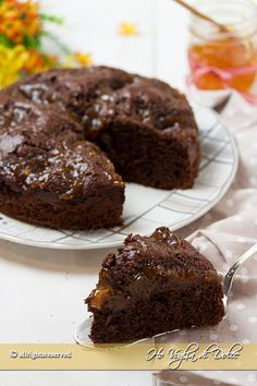 Torta al cioccolato e confettura di albicocche, una ricetta facile e veloce per la colazione e la merenda. Una torta morbidissima e golosa con marmellata.