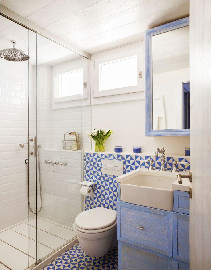 Baño con ducha y mampara, bajolavabo azul patinado y mosaico hidráulico azul y blanco 00408100