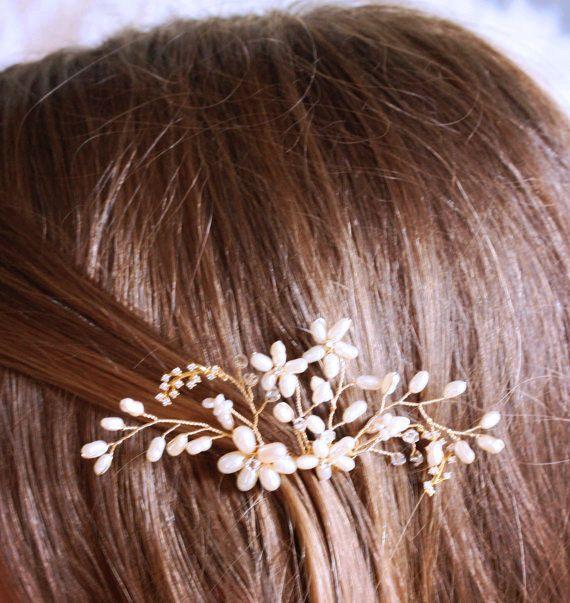 Ho fatto questo stravaganti capelli pettine con perle dacqua dolce formatosi a forma di fiori e strass oro. Lho attaccato ad un pettine e (3 alto, non compreso il pettine largo e appena oltre 1,5). Ho fatto questo pettine per complimentarmi con il mio delicato nuziale dacqua dolce perla, cristallo Swarovski e strass collana minimalista che si vede nellultima foto. È venduto separatamente qui. https://www.etsy.com/listing/218984555/delicate-bridal-freshwater-pearl  Vedere altri oggetti che…