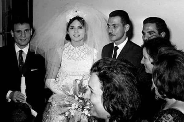 صوره نادره عبد الحليم حافظ يحمل الشمعة في زفاف شقيق جمال عبد