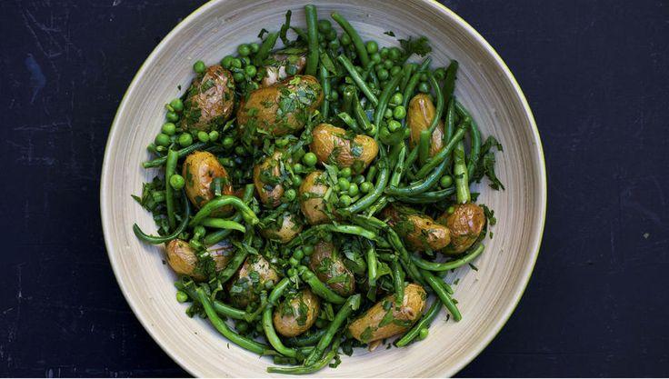 Ovnsbakt potetsalat er perfekt tilbehør til lammesteken. Det er også godt til annet stekt kjøtt - og fisk. Varier gjerne med hvilke urter du bruker og sett ditt preg på salaten.