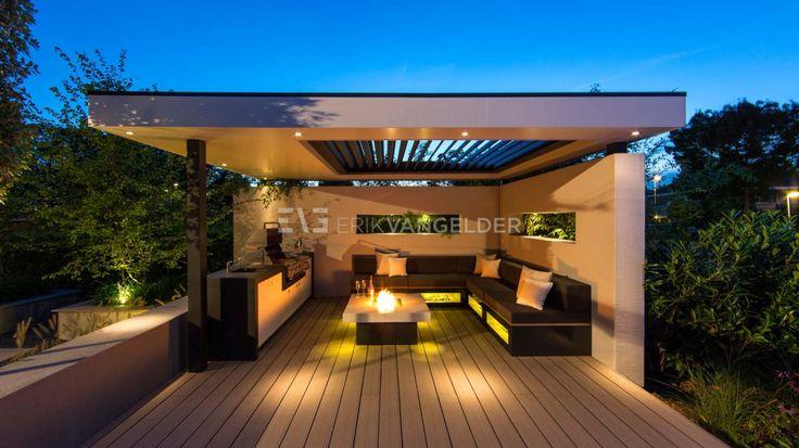 bijzonder-luxe-overkapping-in-tuin-van-alle-gemakken-voorzien-tuinarchitect-vuurtafel-loungeset-met-verlichting-lamellen-in-dak-livium-buitenkeuken-maatwerk-met-bbq-gasbarbeque-erik-van-gelder-design