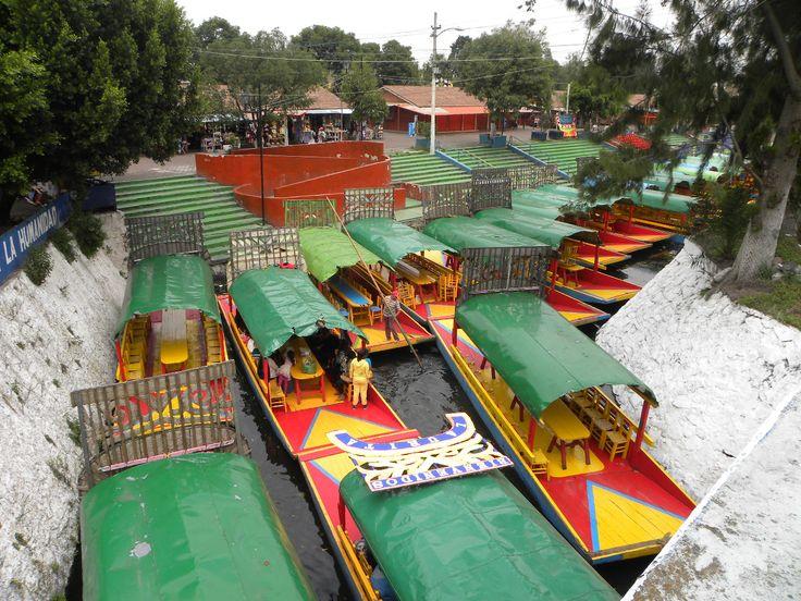 Trajineras_arribando_al_embarcadero_Las_Flores_Nativitas,_Xochimilco,_México
