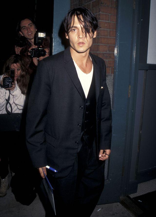 Johnny Depp fête ses 52 ans. Icône de style et avatar du grunge Nineties, retour en images sur les plus beaux looks de l'acteur à travers la décennie quatre vingt dix.