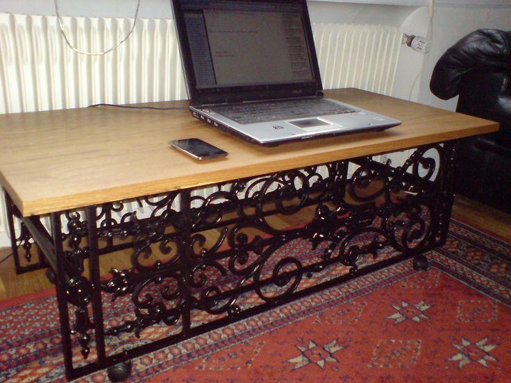 Table de salon avec deux grilles de porte en fonte