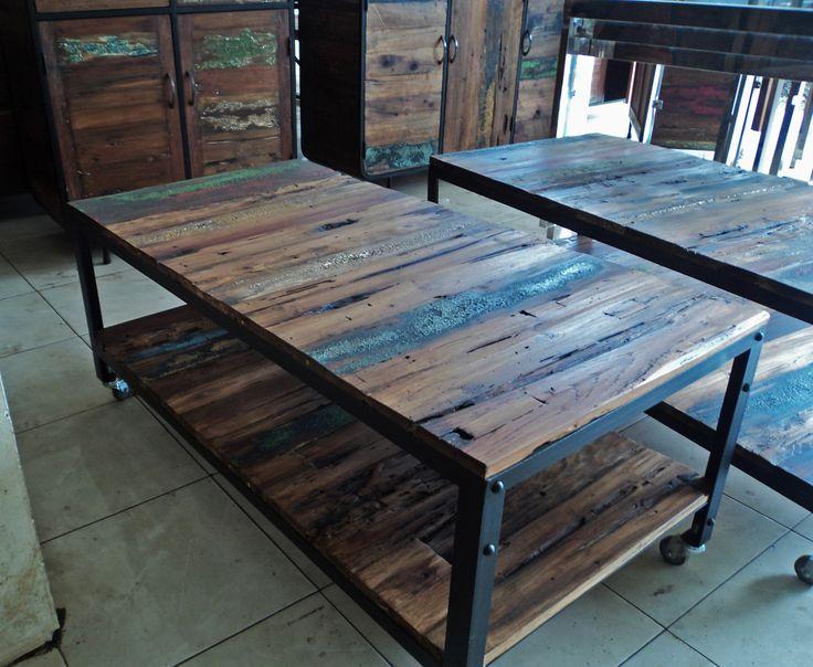 mesa de comedor fabricada con madera de teka reciclada y borde de hierro.