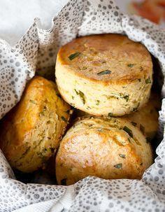Recette Scones sans gluten : Dans un saladier, réunissez 280 g de farine de riz et 220 g d'amidon de maïs, avec 1 sachet de levure sans gluten,110 g de sucr...
