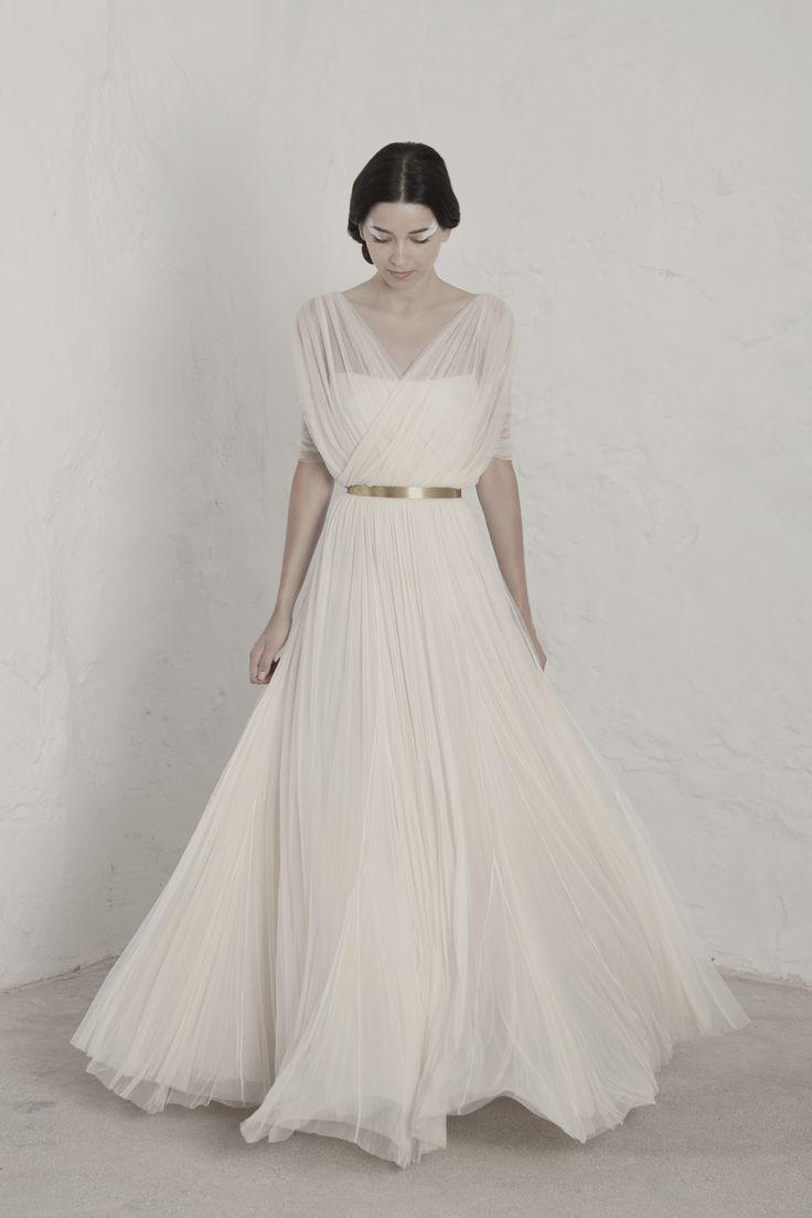 Vestidos de novia para mujeres que buscan la excelencia. En nuestro atelier de Barcelona cada prenda es diseñada y producida con el espíritu de alta costura