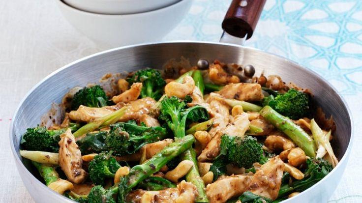 Mit asiatischen Gewürzen verfeinert: Gebratenes Hähnchen mit Brokkoli   http://eatsmarter.de/rezepte/gebratenes-haehnchen-mit-brokkoli