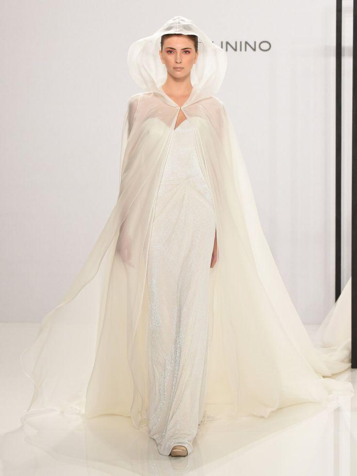Dieses Hochzeitscape mit Kapuze ist gleichzeitig schlicht und doch etwas ganz Besonderes, weit weg vom Hochzeits-Mainstream. Designt wurde dieses wunderbare Braut-Ensemble von Marc Zunino for Kleinfeld - wenn das mal nicht das perfekte Outfit für eine Winterhochzeit ist!