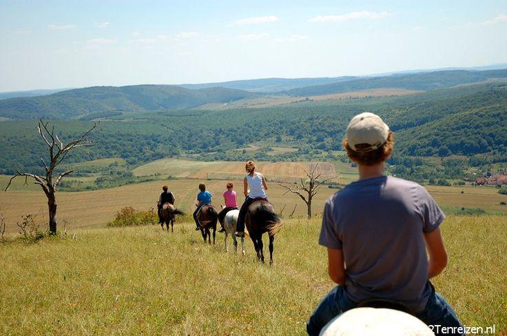 Even er tussenuit? Kom een weekend #paardrijden in de #Cserehát in Noord-Oost Hongarije. Het dorpje Szakácsi heeft slechts een 150 inwoners en ligt midden in de Cserehát, een gebied in de vorm van een V, begrensd door de rivieren de #Hernád en de #Bódva en de grens met Slowakije.