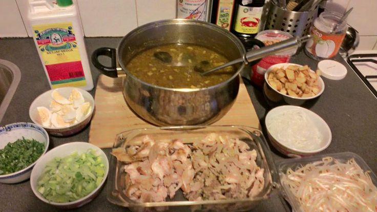 Soto; een indische soep van kip wat je eet met taugé, peterselie, gekookt ei, lente-ui, gefruite ui, soeoen ketjap en citroen.