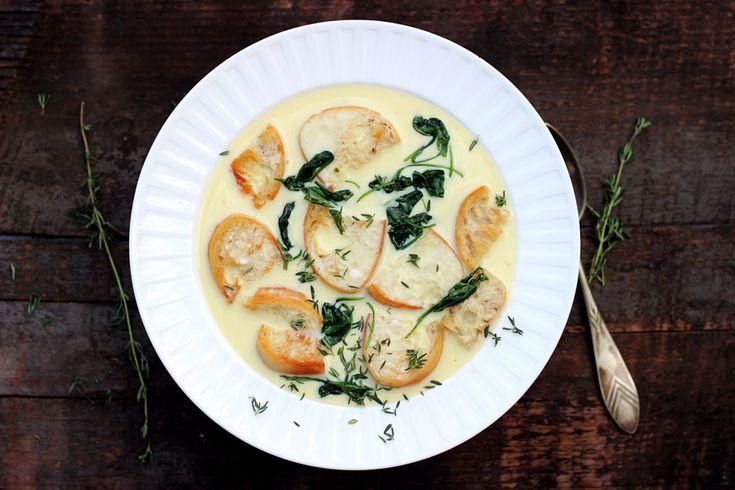 Nie tylko wygląda rewelacyjnie, ale tak też smakuje. Gęsta, serowa zupa neapolitańska z serkiem topionym, aromatycznymi grzankami i liśćmi szpinaku. Pycha!